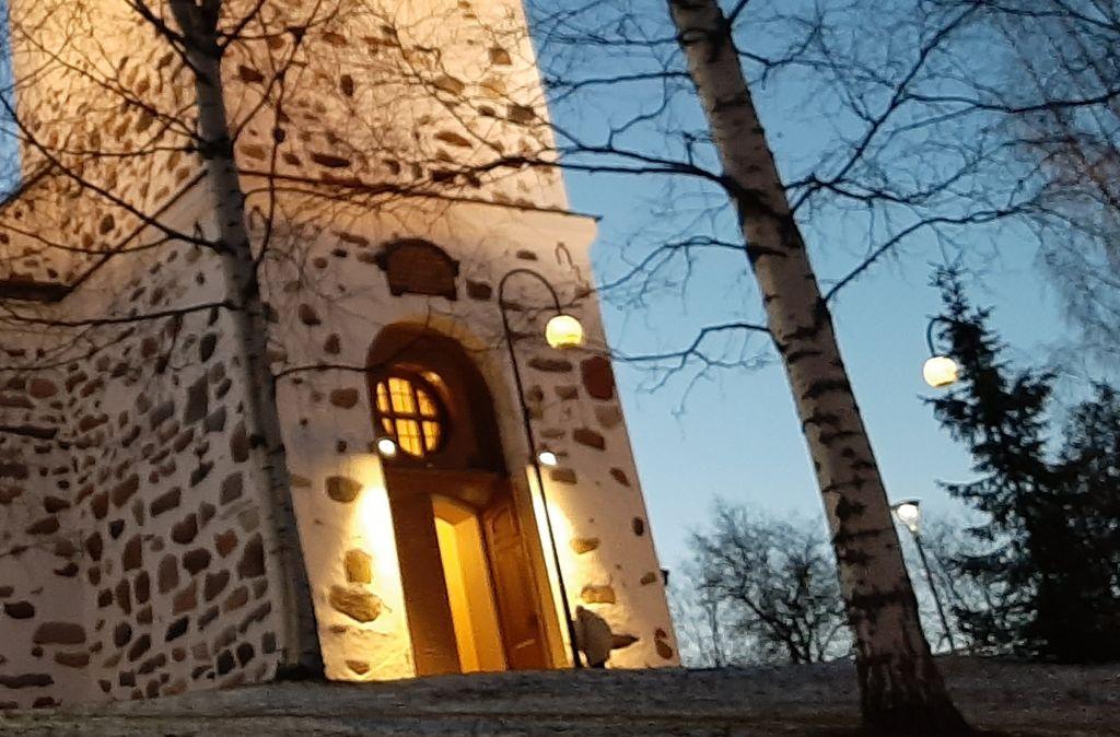 kirkon ovi avoinna
