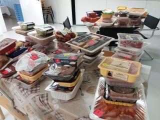 Kuvassa ruokajakelussa jaettavia ruokia.